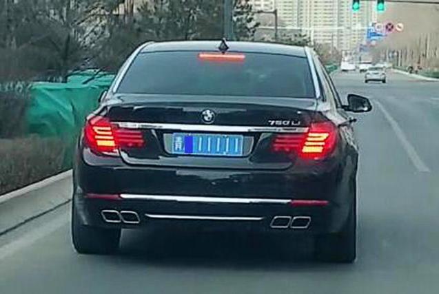 青海偶遇256万宝马,车牌炸弹号,网友:大佬人物,后车保持车距