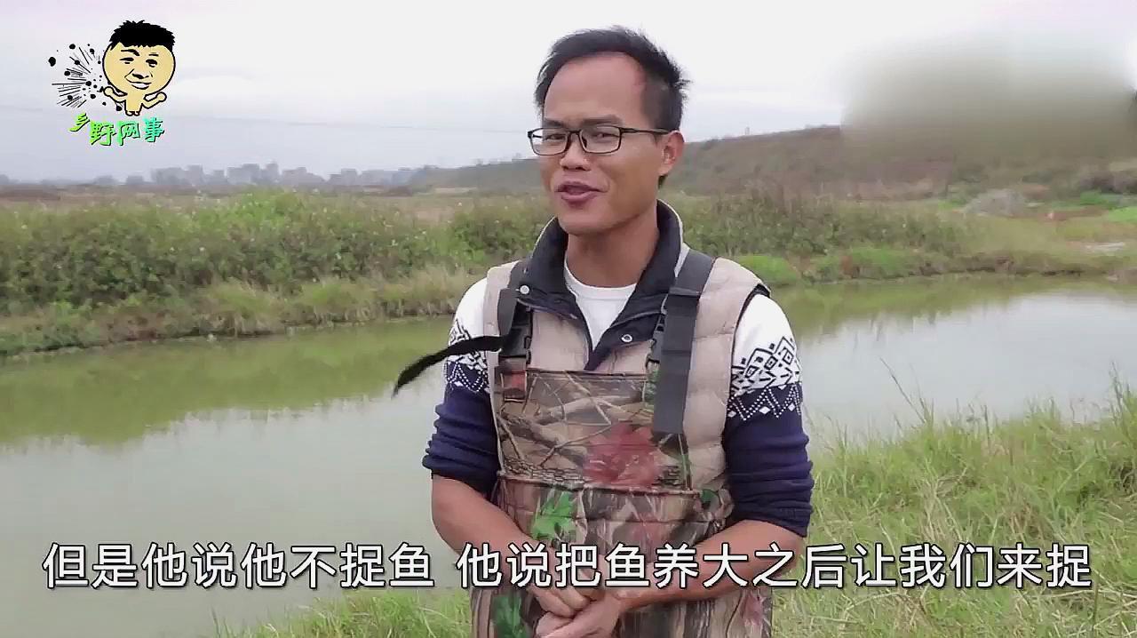 农村小伙抽干野塘捉鱼,水未抽干打开鱼塘的破袋子,收获满满