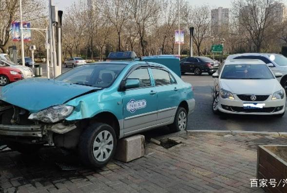 大众宝来遭出租车碰撞导致断轴 网友:看来还是出租车更厉害啊