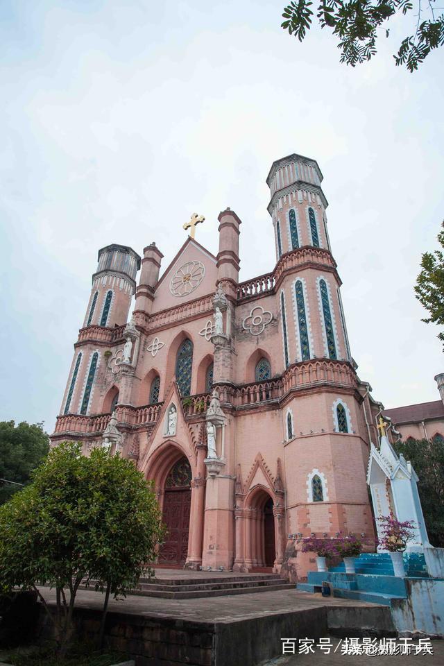 抚州天主教堂 位于江西省临川市文昌桥东的灵山路,始建于清光绪三十四年(1908年),竣工于民国7年(1918年),建造时间长达10年。这座教堂的规模不仅是江西之最,在全国天主教堂(胡庄教堂、济南洪家楼天主教堂)中名列第三。 天主教是基督宗教主要派系之一。中世纪时,基督教正教会成为封建制度的主要支柱。
