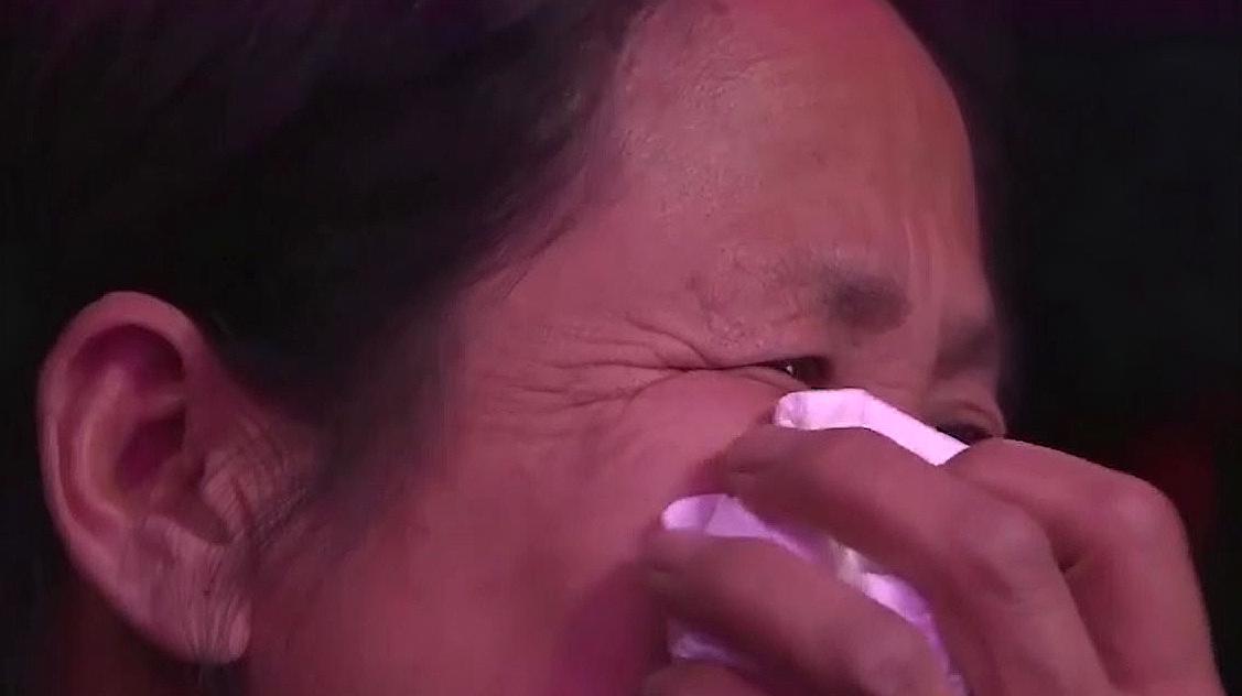 22岁女大学生舞台献唱,台下人泪流满面,感情太真切!