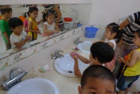 为什么孩子不在幼儿园拉粑粑?爸妈要心里有数,不容忽视!