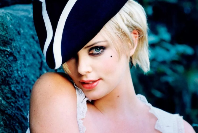 她气场两米八,以《女魔头》问鼎奥斯卡影后,被誉为南非美钻
