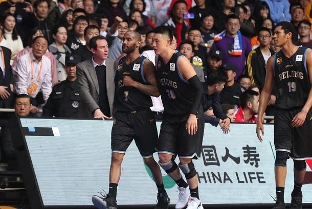 北京男篮外援遭上海球迷辱骂,比赛中提前退场,姚明该管管了!