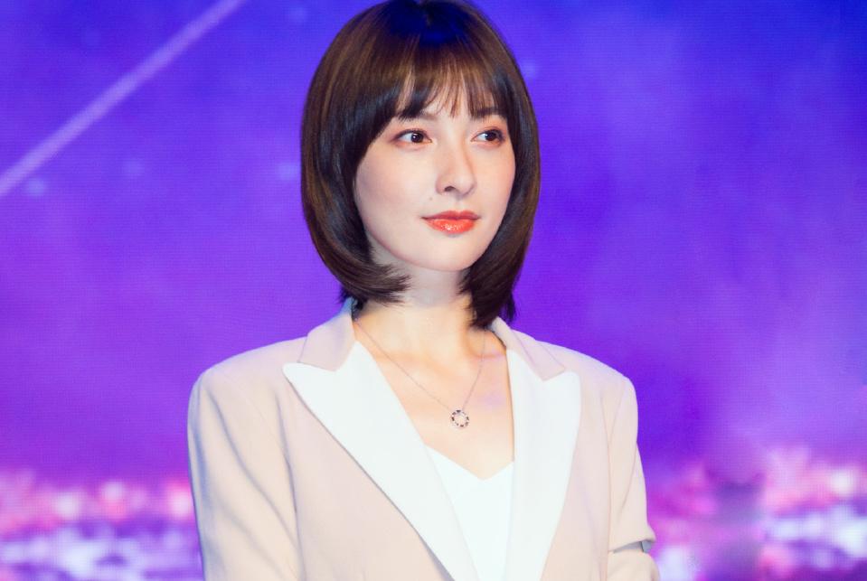 吴昕出席新剧发布会扭胯比V俏皮可爱,首次回应演技问题引人热议