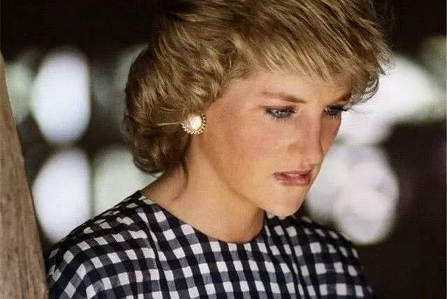 戴安娜和查尔斯离婚当天抱头痛哭,戴妃深爱着王子,却无力挽回!