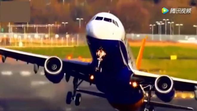 再强大的飞机遇到强烈的气流也是白搭,飞机被大风吹成