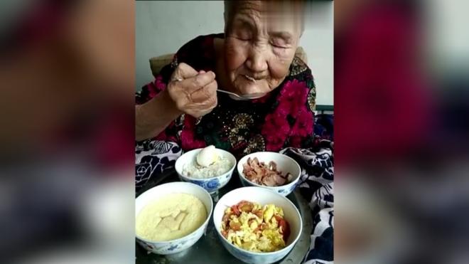96岁奶奶想三姑都想出病了,逗比孙都招架不住了,看着真是好心疼