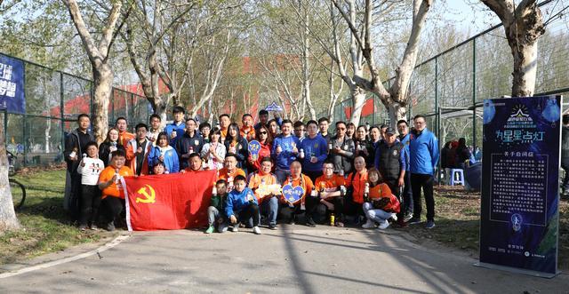 BOBApp下载讯:苏宁举办第三届蓝色爱星行动!球迷、 孩子手绘百颗灯泡织汇星愿树