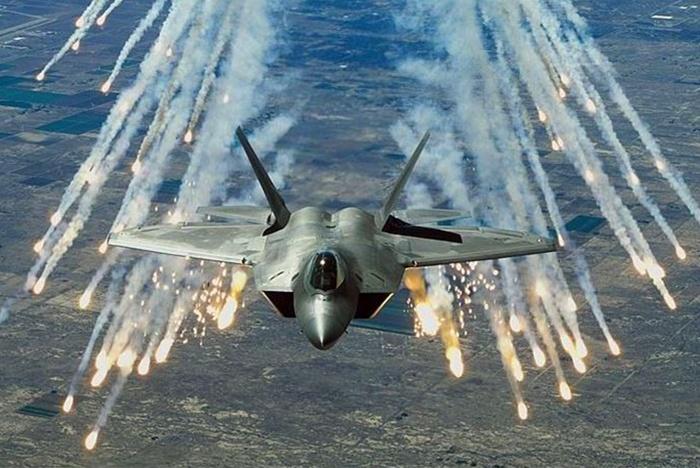 全球最大轰炸机冲进北美防空识别区!美大惊失色5架战机升空拦截