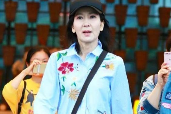 无法生育的陈美琪领养的女儿已经这么大了!模样乖巧看着很可爱!