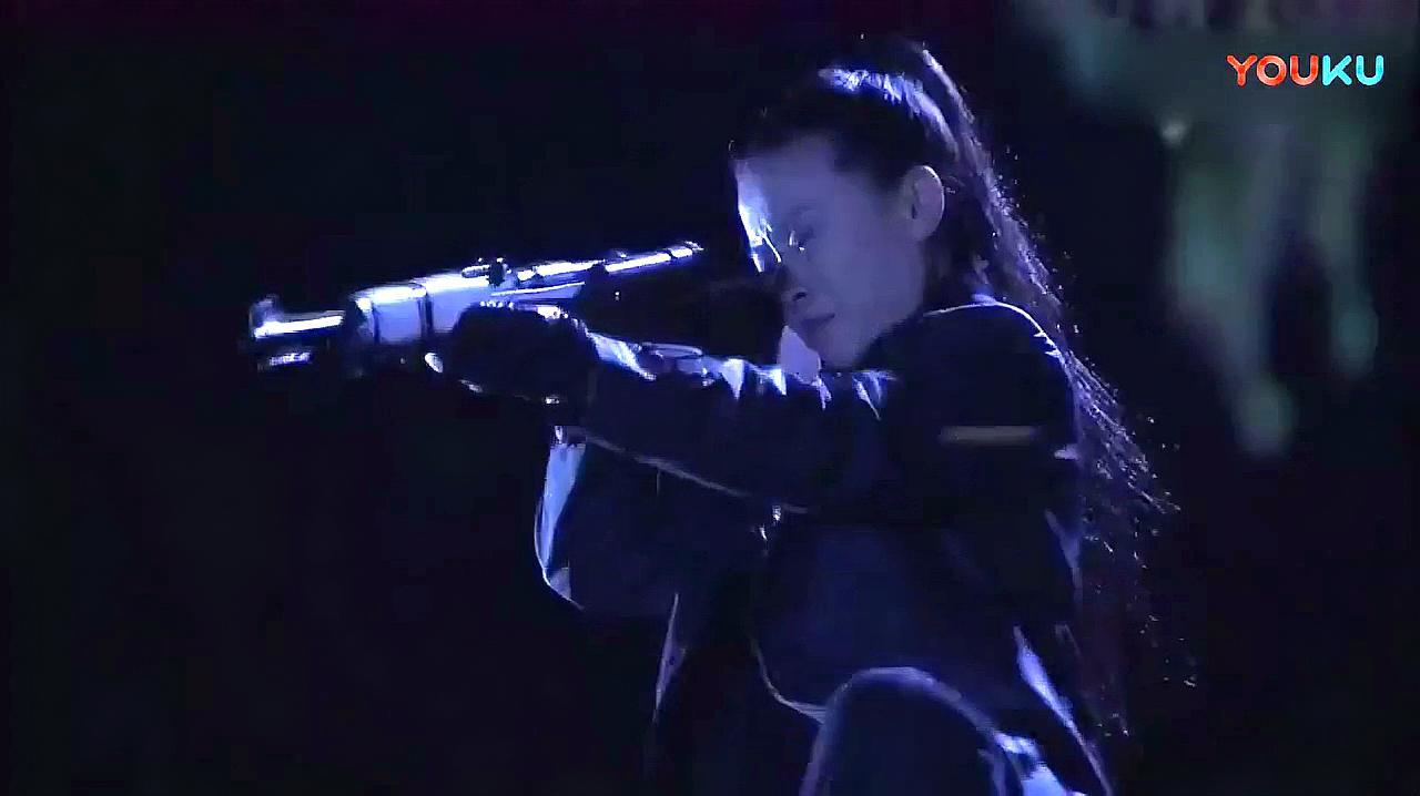 日本女狙击手潜伏屋顶想杀中国专家,高手直接一枪重伤狙击手