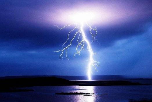 可以从闪电中获取电能吗?闪电不是电能,储存电能也不划算