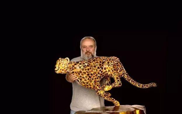 琥珀艺术品-琥珀猎豹