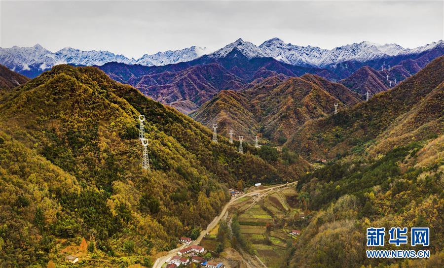 11月5日无人机拍摄的陕西省汉中市佛坪县城旁的秦岭景色.