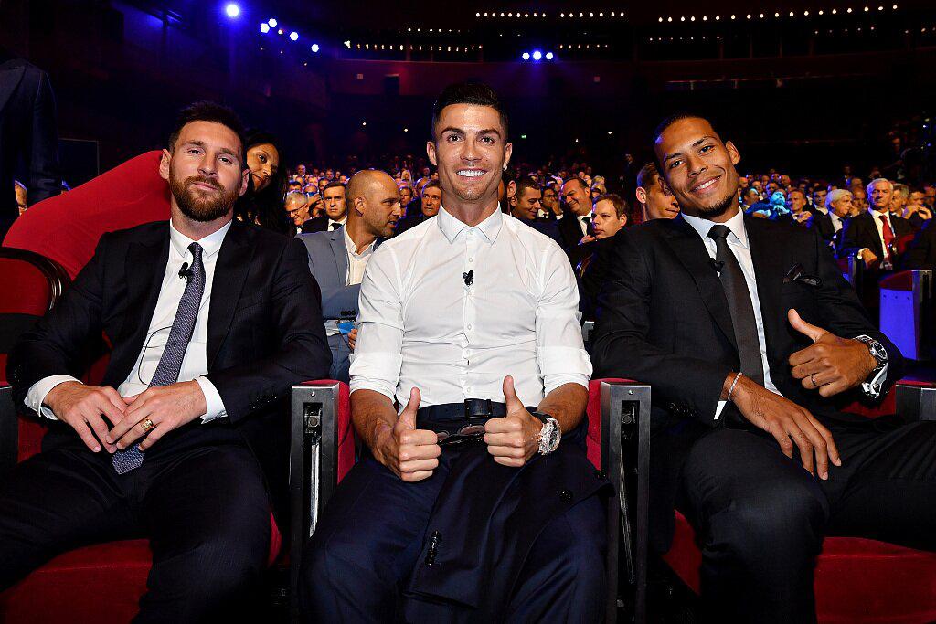 C罗和梅西出席颁奖典礼相邻而坐 都聊了啥?