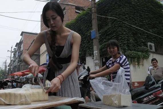 女大学生菜市场当小贩,卖豆腐生意火爆,三轮车前的牌子立了功!