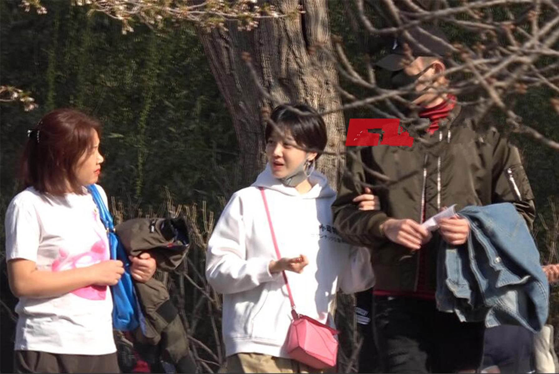 于小彤陈小纭恋情确认了,两人甜蜜牵手陪家人逛公园,似热恋情侣