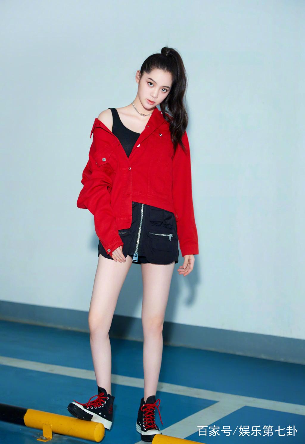 欧阳娜娜身穿红色上衣搭配黑色短裙活力十足,裙子拉链设计很有个性,这图片