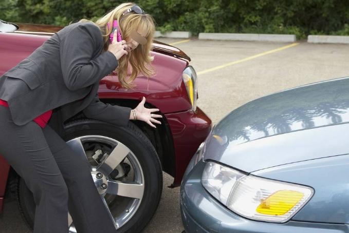 窄路掉头不会判断车距,总剐蹭到前后车?老司机:得看这两个点