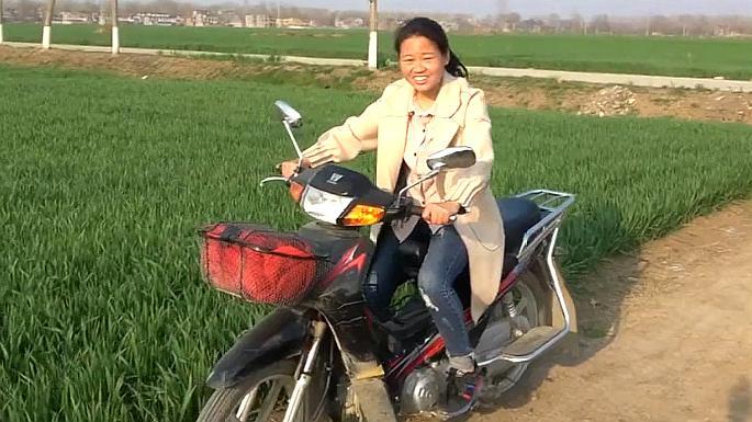 农村妹子第一次学骑摩托车,猜猜会是啥样?直呼太刺激!