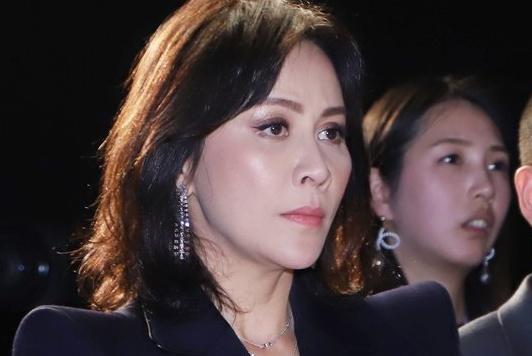 刘嘉玲高调出席活动,身穿黑色西装套装,御姐范十足