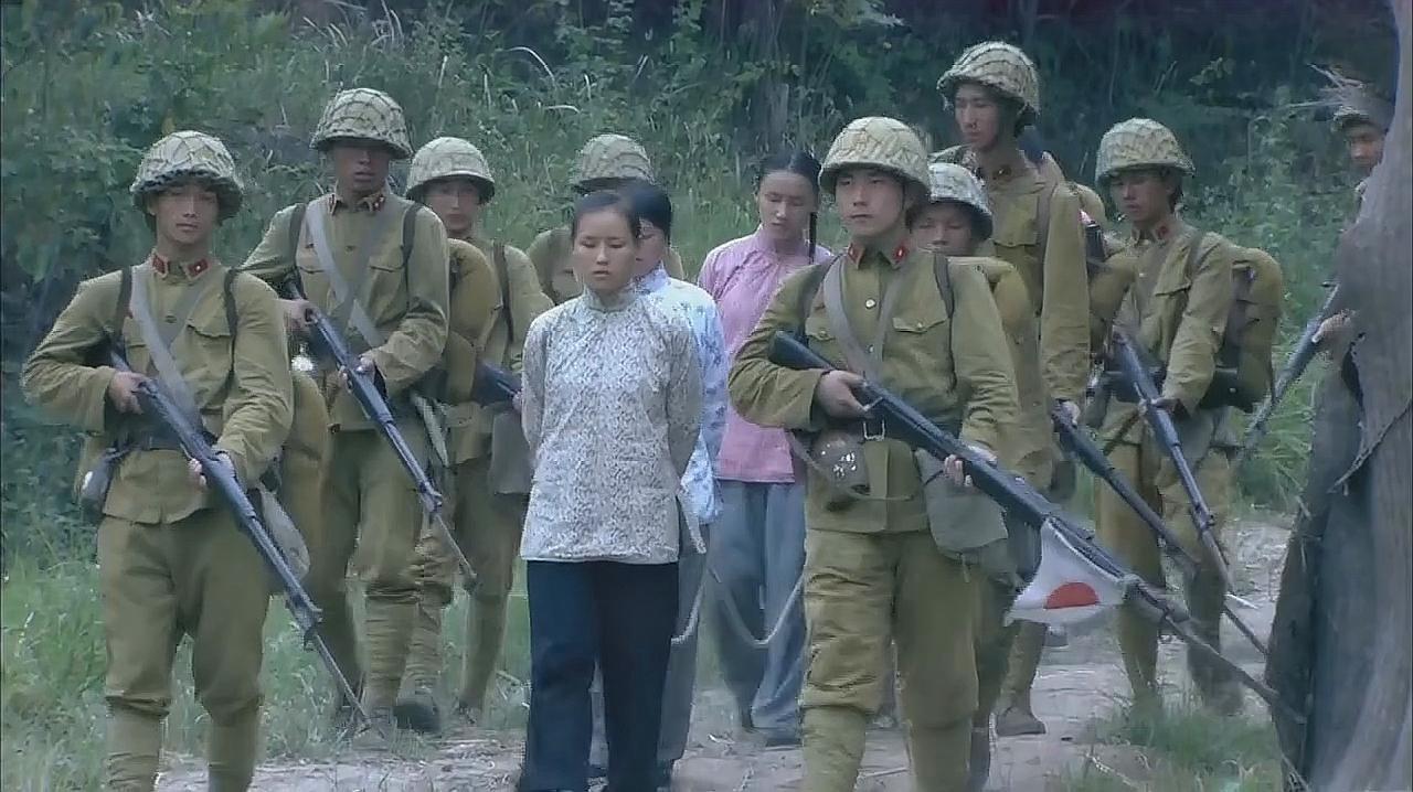 鬼子在村里横行霸道,遇到反抗就开枪射杀,畜生行径令人发指