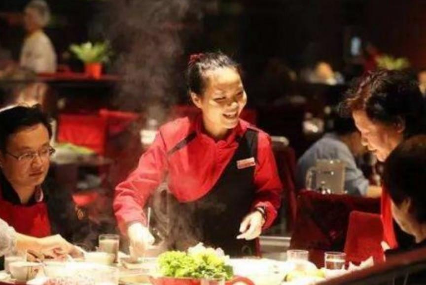 3人吃海底捞,过程像皇帝,结局很凄厉:吃的不是火锅,是人民币