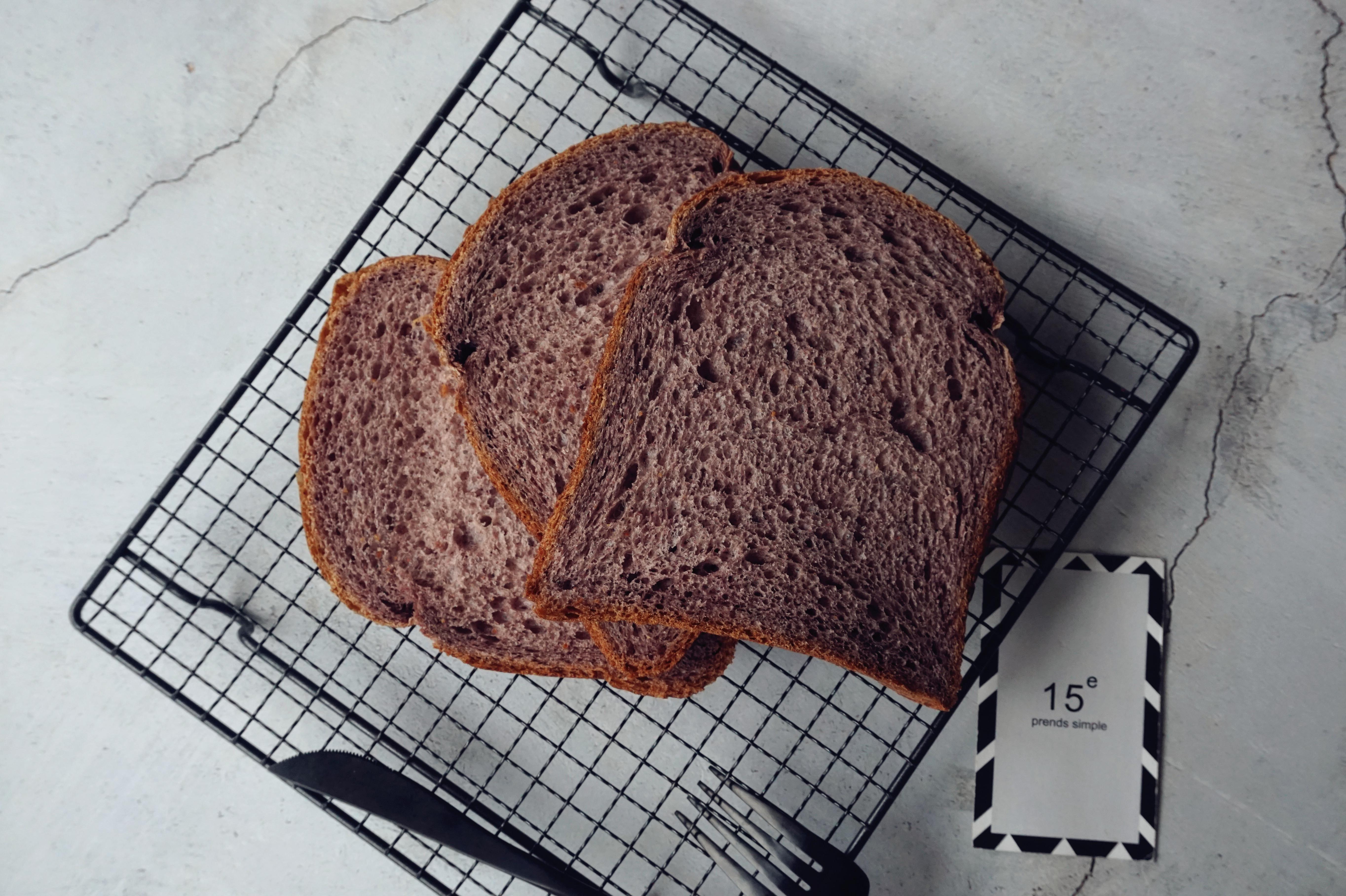 烘焙达人分享的这个配方,不用烤箱也能做出柔软好吃的粗粮面包