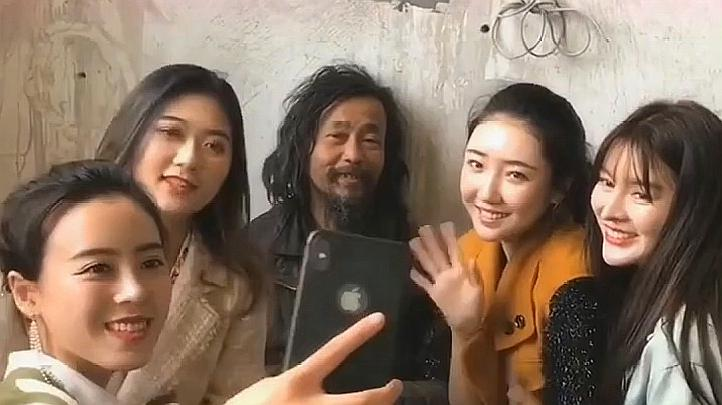 流浪大师沈先生被4位美女围着,网友:这手握的时间有点长啊!