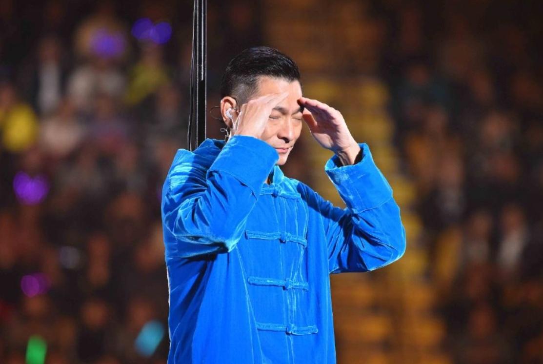 刘德华喉咙发炎演唱会中途严重失声,三首歌后宣布演唱会结束