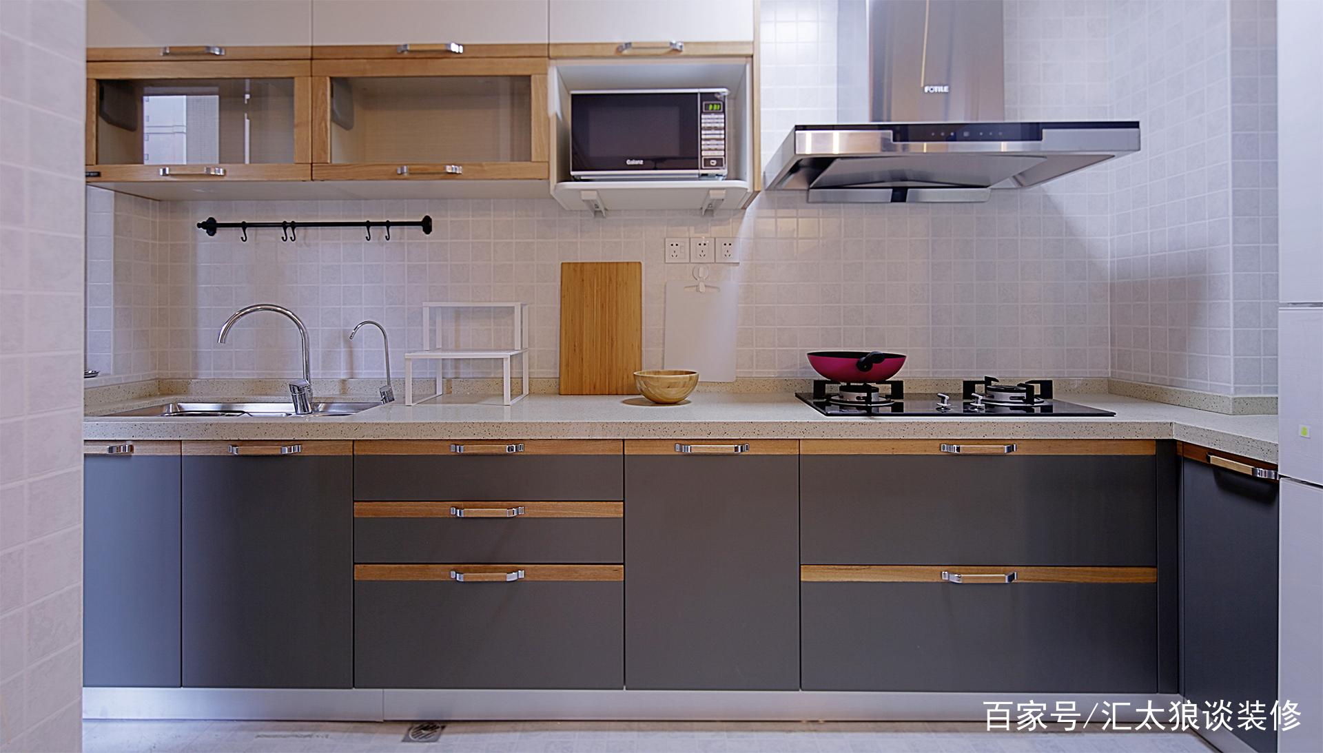 厨房内部,采用北欧风格中常见的白灰和原木三色混搭,明亮又整洁.