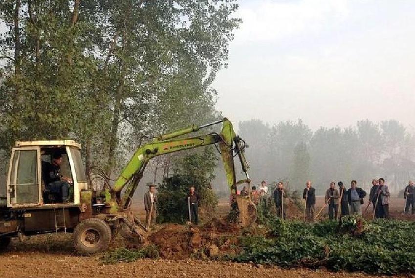 """清明节快到了,村民的坟地却被挖掘机铲平了,称这是""""响应号召"""""""