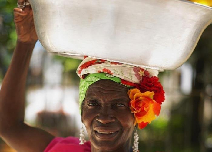 """非洲人独特绝技:头顶货物不用手也不掉,这其中有什么""""图片"""