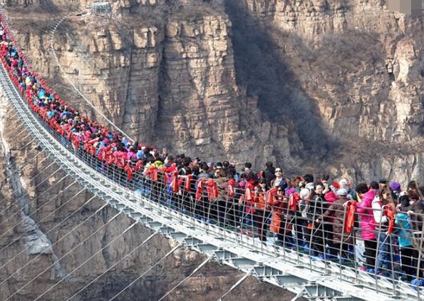 游客一时兴起在吊桥摇晃,导致吊桥断裂