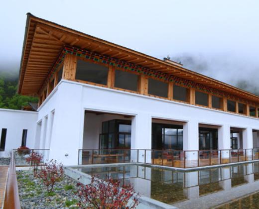 一栋栋带着藏式设计元素的白色别墅,和远处的雪山还有白云,呼应外观圣
