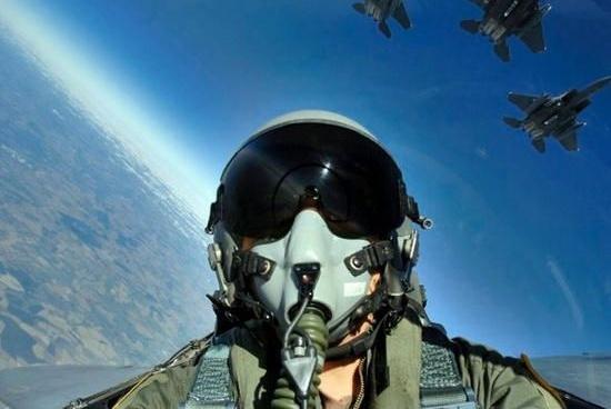 """飞机遇险时,为什么飞行员会大叫三声""""Mayday"""",而不是SOS?"""