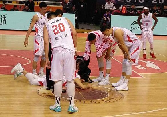 坏消息!北京首钢核心后卫恐赛季报销 队医透露张庆鹏最新伤病