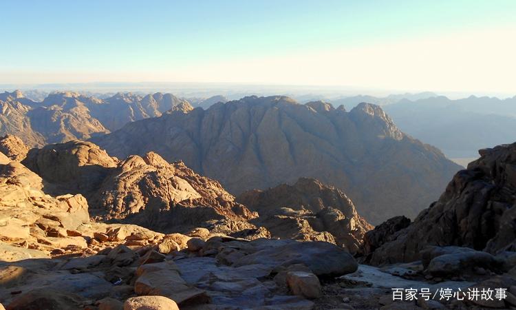 这张照片里的大山风景独特,山势高耸,令人叹为观止.
