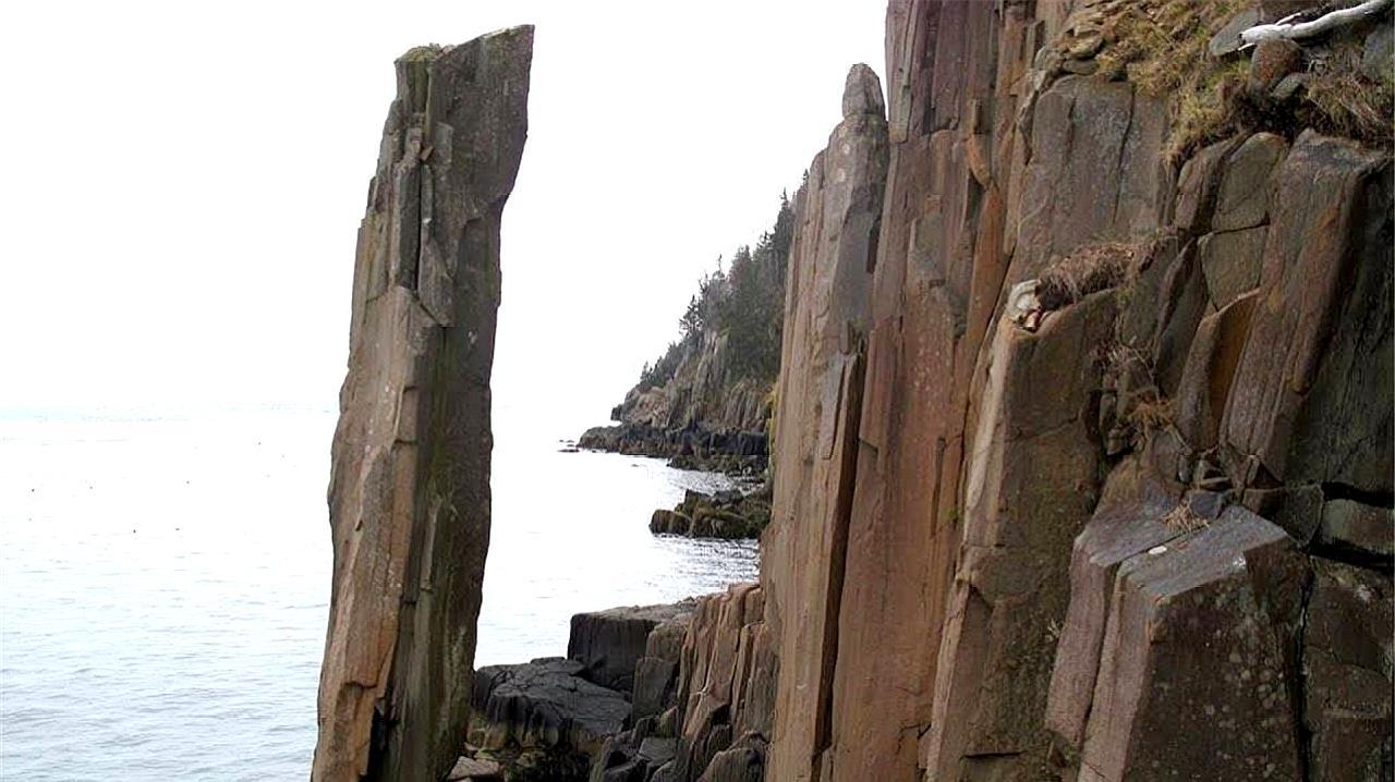 神奇的石头!几吨的重量,且一半悬空,可海浪也冲不倒!