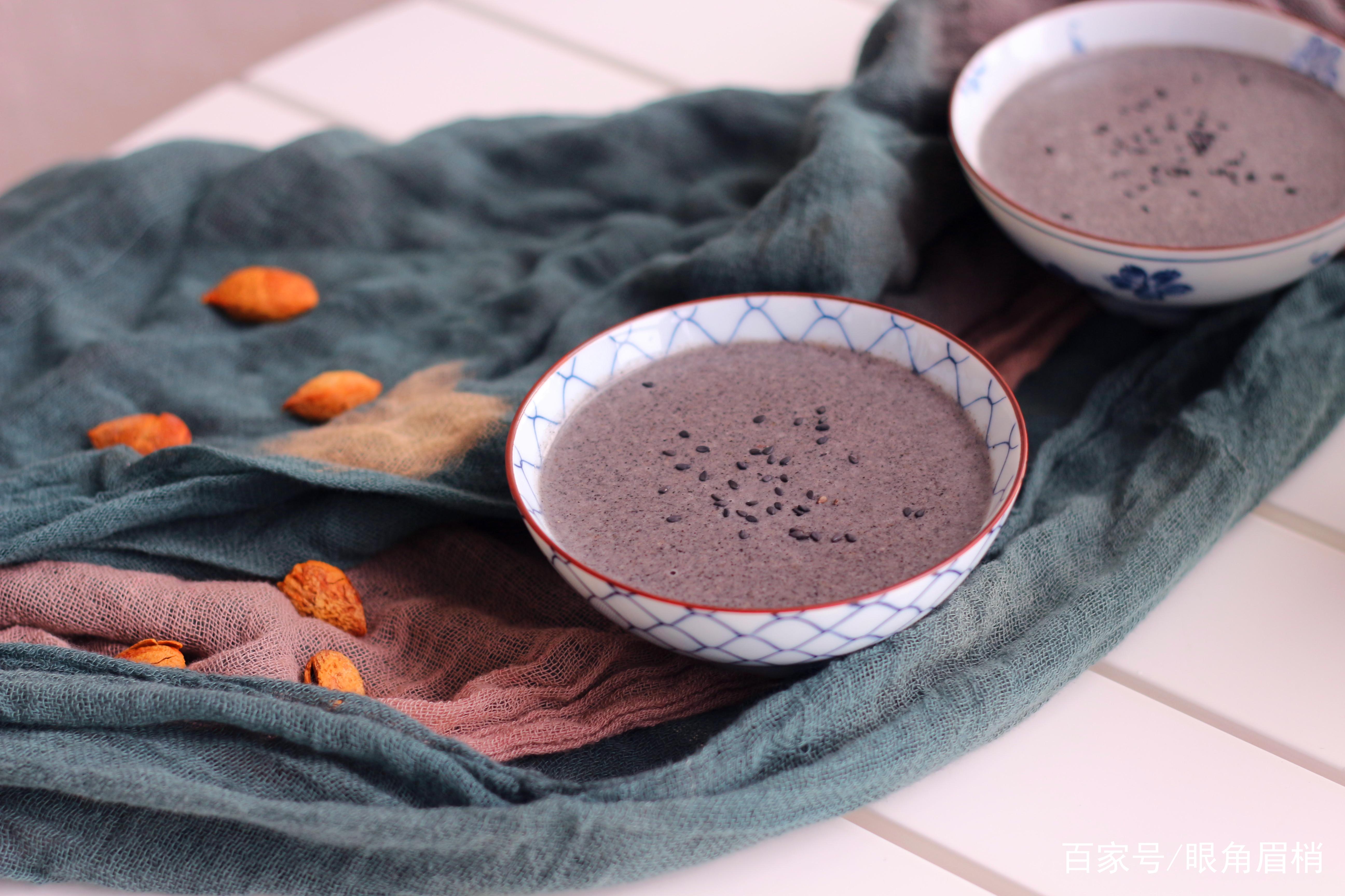 今天早晨喝的是黑芝麻糊.我家每周有三天早晨喝这个,孩子喝不够.酸奶与葡萄图片