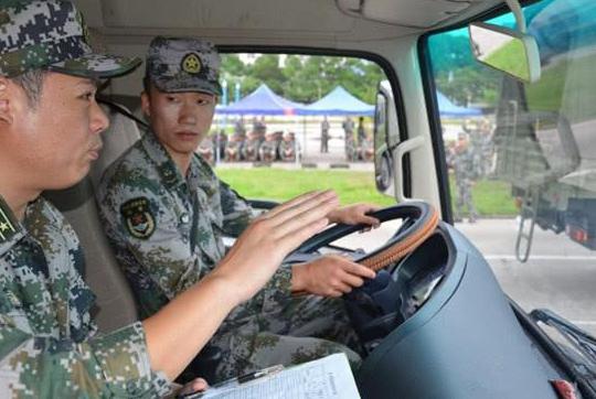 部队里有驾照的军人,为啥回家时不可以开车?交警说出了猫腻