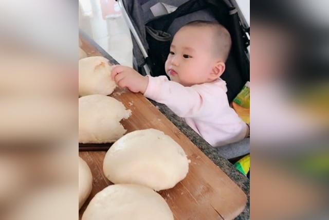 宝宝偷吃馒头被妈妈发现,接下来用这样的方式化解尴尬,太可爱了