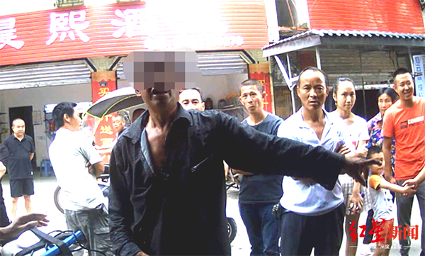 乐山一菜贩打110让民警帮忙卖菜未果,竟辱骂民警还扇耳光