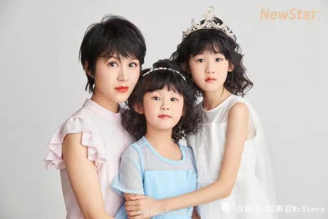 鲍蕾带俩女儿拍写真,贝儿的腿又细又直,姐俩越长越漂亮!