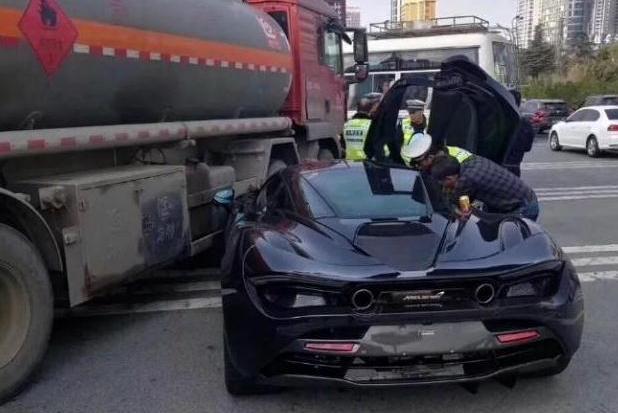 全新迈凯伦前往车管所上牌,结果半路撞上油罐车!车主:问题不大