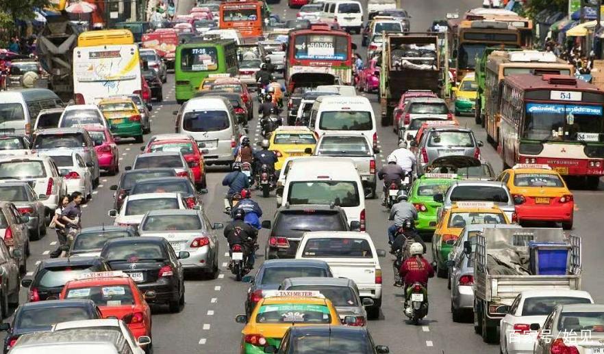 北京堵车高峰_要说中国最堵车的地方,很多人都说应该是北京,而堵车确实也已经成为