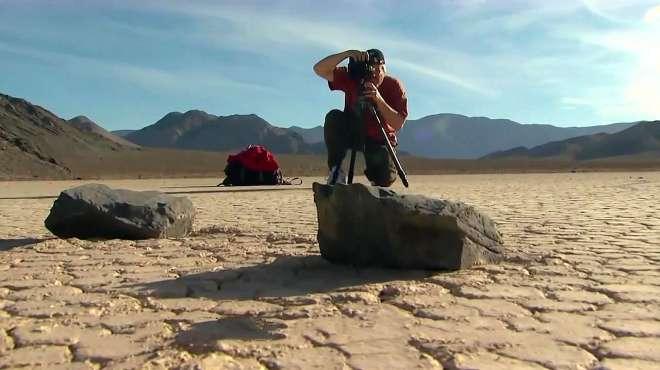 """美国死亡谷发现会""""走路""""的石头,网友:石头长腿了?"""