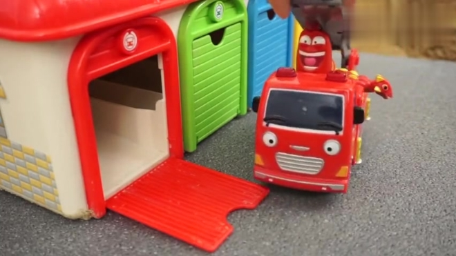 爆笑虫子坐着工具车打开车库的门