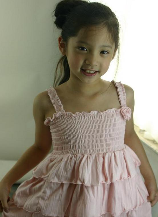 欧阳娜娜小时候照片,看上去很清纯甜美,笑容也是很好看的.图片
